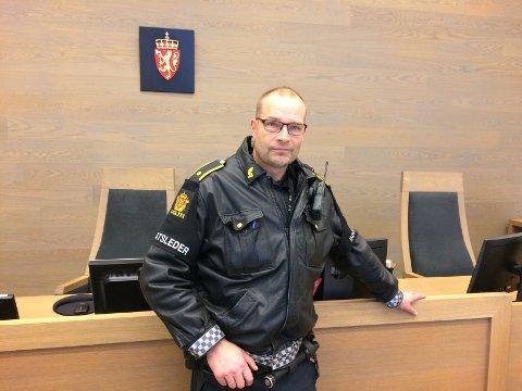 MIDT I TUMULTENE: – Man følte fare da man så menneskemengden og hvordan de opptrådte, sier politiførstebetjent Lars Olav Stepperud til OA. Fredag vitnet han i retten mot en mann som er tiltalt for vold mot politiet.