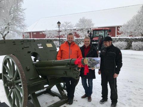 STOLTE: Her vises den nyoppussa kanonen frem. Fra venstre til høyre på nederste bildet - Morten Brandtzæg, konsernsjef i Nammo, Ola Martin Qvale, bestyrer på Staur Gård, og Jan Erik Lium fra Nammos testsenter på Raufoss, som har ledet oppussingsarbeidet.