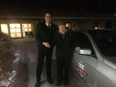 Georg Rønning på 89 år kom seg trygt hjem til Åslundmarka etter julefeiringen på Lena. Her med sjåføren Erik Nygård ved sin side.