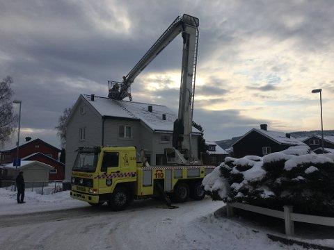 STIGEBIL: Brannvesenet fikk raskt kontroll. Foto: Frode Klevrud