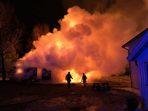 Et uthus brant ned på Eina tirsdag kveld.