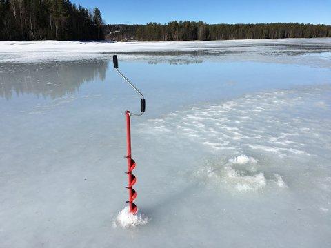 SMELTEVANN: Smeltevannet på isen på Trevatn søndag sier sitt om det varme været i helgen.