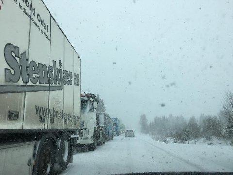 Flere tyngre kjøretøy ble stående i kø blant en lastebil som hadde fått trøbbel på det  vinterlige føret på fylkesvei 33 mandag ettermiddag.