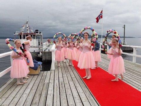Balettskolen Svanesjøen venter spent på dagens prominente gjester.