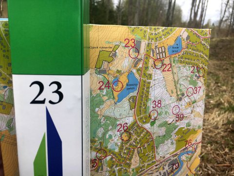 KART: Kartene finner du både i papirversjon, i pdf-versjon på Stolpejakten.no og inne i appen Stolpejakten. Her fra Gjøvik, der Stolpejakten startet.   FOTO: Tommy Gullord /
