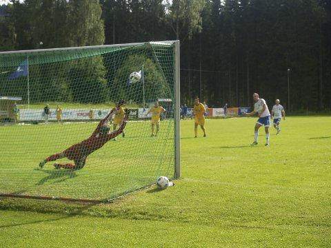 Utligner på straffe: Tor Håkon Sveen «klistrer» straffesparket i krysset, og Redalen har innhentet 0-2 på få minutter.