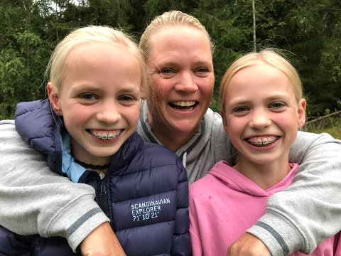 Hestejenter: Yvonne kjempet seg tilbake til ridebanen etter ulykken. En dag i uka trener hun også tvillingdøtrene Mariell og Bettina (12).