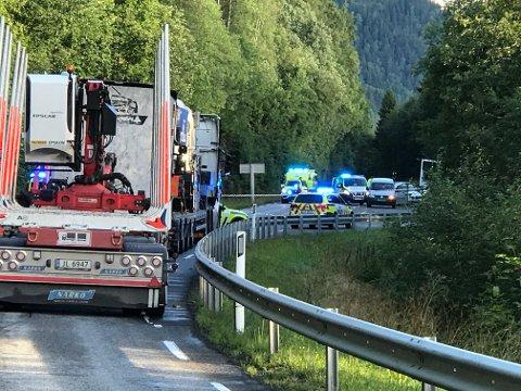 En kvinne er funnet død i en bil som var kjørt ut av fylkesveg 33 like nord for fylkesgrensa mot Akershus. En mann ble pågrepet i samme bil.