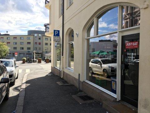 SLAGSMÅL: Det var her, utenfor spisestedet Snapfood i Trondheimsvegen 2A på Gjøvik, at det oppsto slagsmål natt til søndag.