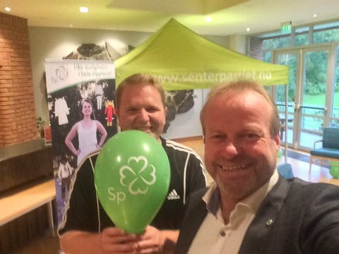 ERRE HERE ER PARTY? Ivar Odnes (t.h.) var mandag ettermiddag i gang med å rigge il valgvake på Honne, her sammen med fylkessekretær Nils Ramsøy.