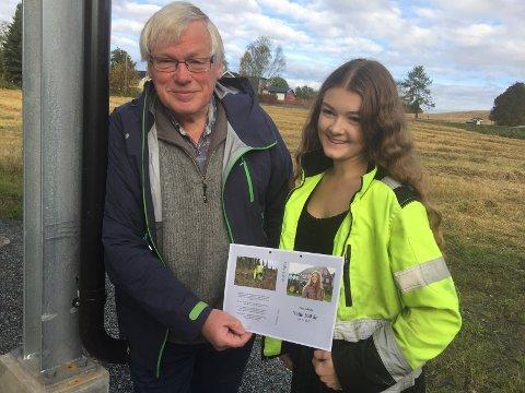 "Olaf Nøkleby har laget boka om ""Valle 100 år"" og elev Mona Gaarder representerer nåtida under lørdagens jubileumsmarkering på Valle."
