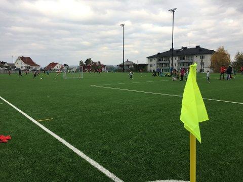 FK Gjøvik-Lyn inviterer lørdag til åpent hus på Gjøvik stadion med aktiviteter på den nye kunstgressbanen og gratis inngang til 3. divisjonskampen  mellom hjemmelaget og Lyn Fotball fra Oslo.