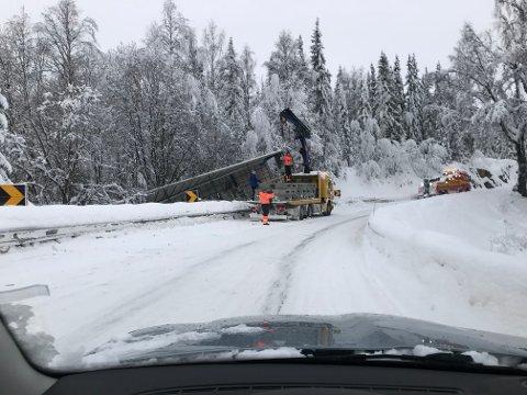 Betonglast: En lastebil med betongelementer mistet kontrollen og deler av lasten på Tonsåsen onsdag.