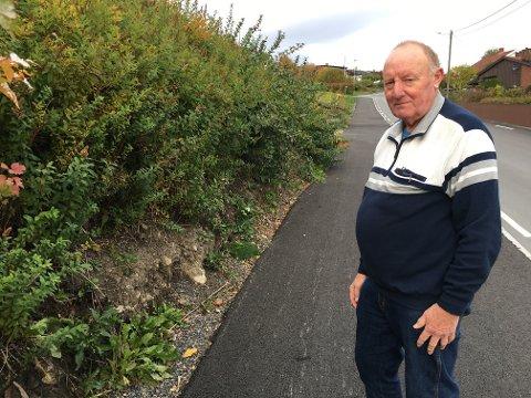 KRITISERER KOMMUNEN: Kjell Mellemberg mener at Gjøvik kommune har forsømt seg ved at de ikke varslet før de begynte å grave på eiendommen hans, og at de ikke satte opp igjen hagemuren av trykkimpregnerte materialer.