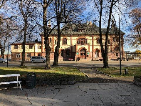 SAVNER LY: Stasjonsbygningen på Gjøvik Stasjon – uten leskur for buss eller taxireisende.