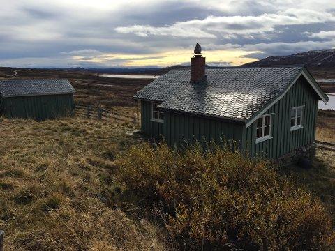 ENORM INTERESSE: Denne enkle hytta uten vann, strøm, vinterveg og med utedo hadde 32 budforhøyelser før den ble solgt. Foto: Ingvar Skattebu