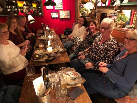 STRIKKET PÅ PUBEN: Fra venstre Anne Brit Pedersen, Silje Engesveen, Marit Aarstad, Marianne Bjerke, Kristyna Palemkova, Silje Røsåsen og Kari Myrsveen.