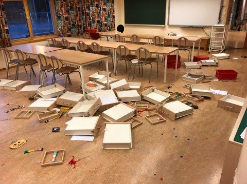 HÆRVERK: Slik så det ut i ett av klasserommene på Skrinnhagen skole for et år siden. (ARKIVBILDE)