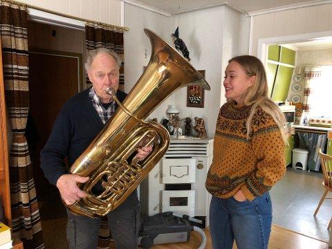 EN BLÅS: Sverre Heimdal har godt tak på tubaen, og søndag er det julemusikk som skal spilles. Aurora Amalie Heimdal skal synge.