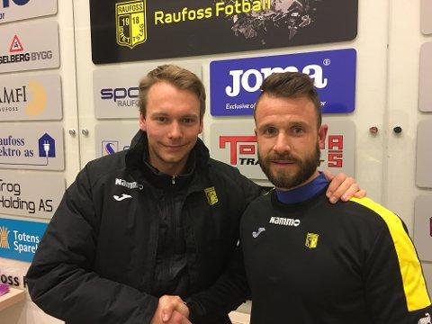 Fredrik Greve Monsen (t.v) er fornøyd med å ha landet Andres Garcia Soler som trener for U19-laget til Raufoss Fotball.