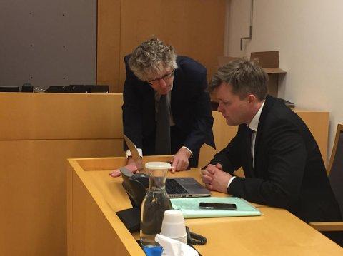FENGSLINGSMØTE: Spesialenhetens etterforskningsleder Knut Wold (t.v) i samtale med advokat Bernt Heiberg, som forsvarer politimannen. Foto: Farid Ighoubah