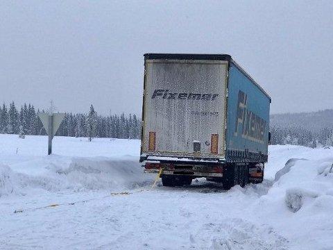 Denne utenlandskregistrerte lastebilen som fredag formiddag sperret trafikken på en mindre vei på Vardalsåsen, ved avkjøringen til Vesetvegen mot Skumsjøen.