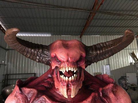 Han smiler bredt, Baron of Hell fra spillet Doom 2016.