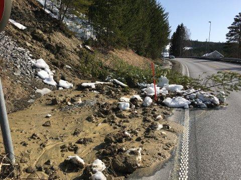 FYLKESVEI 33: Et mindre skred gikk delvis ut i fylkesvei 33 ved Svingvoll lørdag ettermiddag.