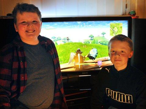 SPILLET ALLE SNAKKER OM: Steffen Nordnes Holen (t.v.)  og Vetle Lindstad Fjell har dilla på Fortnite. De har utviklet et samarbeid som har gitt dem flere seire i spillet.