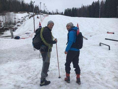 Lars Elton Myhre (t.v) og Morten erichsen er klare til å bestige hovdetoppen og - i overført betydning - mange av verdens største fjelltopper. Foto: Tommy Gullord