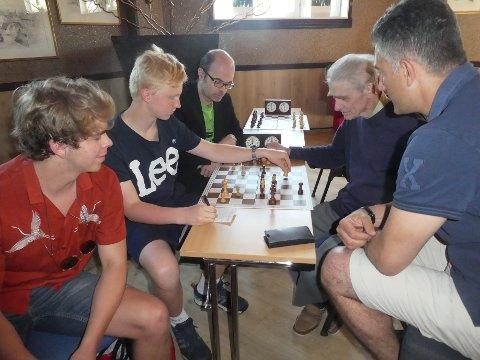 Ivar Hatterud fra Gjøvik sjakklubbs ungdom får god hjelp i analysen etter å ha vunnet sitt første parti under Gjøvik Grand Prix. Fra v. Andreas Wetzel, Ivar, Hans Olav Lahlum, Vegard Steen og Philip Keryakes.