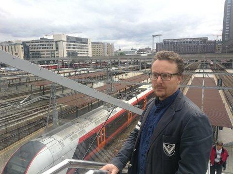 KRITISK: – Det er helt på trynet at man tyner gode kunder på en slik måte, sier pendler på Gjøvikbanen, Sjur Frimand-Anda fra Raufoss.