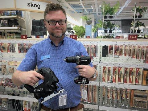 LÅNER UT: Fra 21. juni blir det mulig å låne verktøy gratis hos Clas Ohlson. Her teamleder Anders Hellum ved butikken på CC.