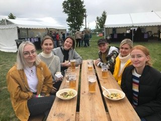 GOD STEMNING: Tora, Sunniva, Camilla, Sofie, Dorthe og Kristian har matpause mens de ventet på neste artist.