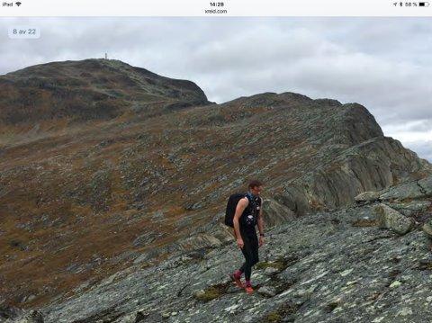 250 deltakere skal legge ut på over ti mils løpetur fra Turtagrø til Beitostølen fredag. Her er løpsleder Jan-Sigurd Sørensen under prøveturen, med Bitihorn i bakgrunnen. Foto: Xreid Jotunheimen