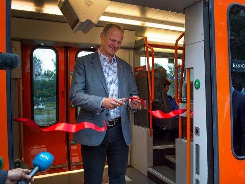 For dårlig: Samferdselsminister Ketil Solvik-Olsen åpnet de nye flirttogene på Gjøvikbanen. Komforten på disse togsettene er for dårlig, mener artikkelforfatteren. Arkivbilde
