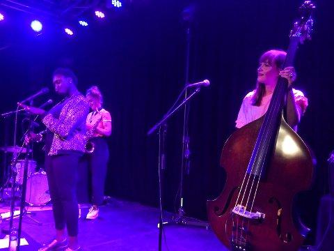 FESTIVALVANTE: Gurls, som består av (f.v.) Hanna Paulsberg,  Rohey Taalah og Ellen Andrea Wang, er ettertraktede festivalartister. Her under mandagens konsert under jazzfestivalen i Molde.