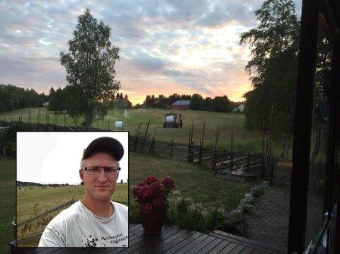 TAKKNEMLIG: Toten-bonden Hans Peter Lundgård er takknemlig for hjelp fra uventet hold etter tørken i sommer. – Vi fikk 19 millimeter regn i går, men skulle hatt minst 100 millimeter om det skal hjelpe skikkelig på avlingene, sier han. På bildet er han i gang med å klippe roughen på golfbanen på Sillongen.