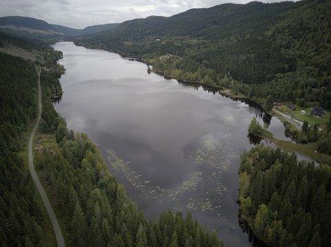 FUNNET DØD: Det er uklart hva den døde mannen gjorde ved Høversjøen, en innsjø 345 m over havet på Østre Toten grensende mot Akershus. Innsjøen får tilsig fra flere mindre vann på Toten og har en stamme med både abbor og ørret .