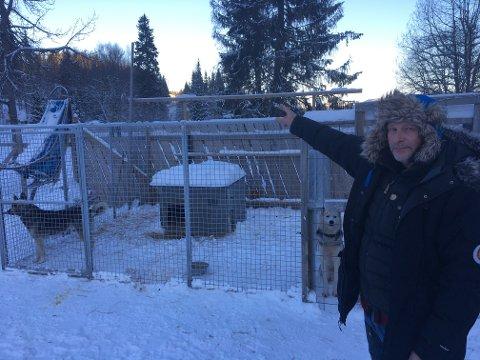 TETT PÅ ANLEGGET:  Jens-Ulrik Rasmussen driver kennel som er nærmeste nabo til veganlegget på Tonsåsen.