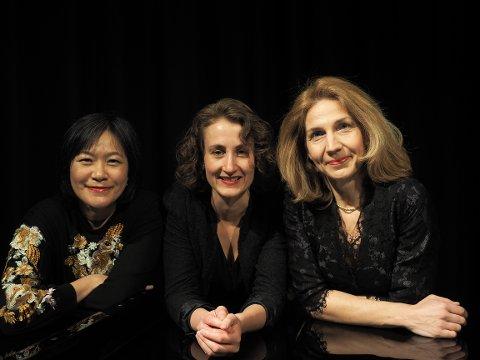 LUNSJMUSIKERE: Gjøvik Trio er klar for en ny sesong med lunsjkonserter på biblioteket i Gjøvik. Trioen består av (f.v.) Mira Hsin-bei Sagmo, Ida Malene Christensen og Marieke Bettman.