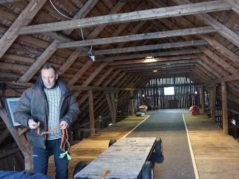 Gøran Halvorsen og den nybyggede innendørsbanen på låven.