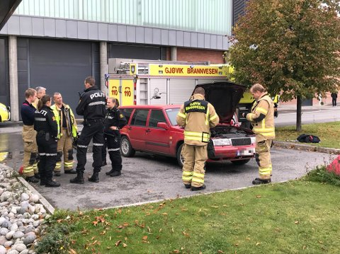 – UDRAMATISK: Politiet i Innlandet beskriver situasjonen som udramatisk da det begynte å brenne under panseret på en personbil på parkeringsplassen ved CC Gjøvik torsdag.