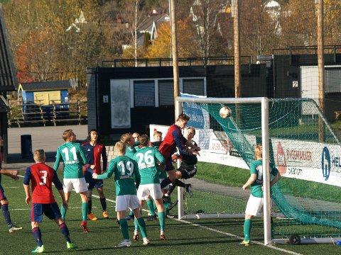 SCORER PÅ CORNER: Her skrur Markus Øyhus corneren rett i mål, og gir Dokka SK ledelsen 1-0.