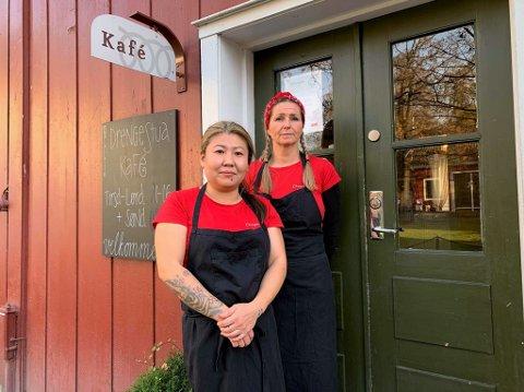 VIKTIG TILBUD: Fritidskonsulent Ann Kristin Smeby (t.v.) og driftsleder Siv Skjelstad håper at Drengestua kafé får fortsette driften.