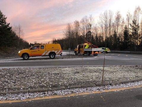 STENGT: Statens vegvesen og politiet står ved Bråstad for å dirigere nordgående trafikk om Kollstoppen..