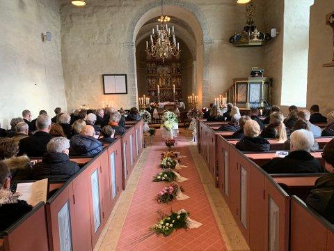BLOMSTER: Balke kirke er pyntet med mye blomster.