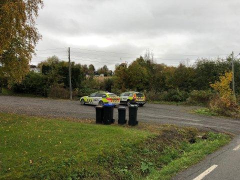 PÅ PLASS: Politiet rykket ut til Kapp onsdag formiddag. To politibiler, en av dem hundepatruljen, parkerte her ved Kapp kirke.