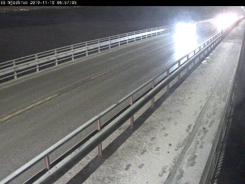 BART: Slik ser det ut på Mjøsbrua mandag morgen. Salting er i gang på hovedinnfartsårene inn og ut av Gjøvik.