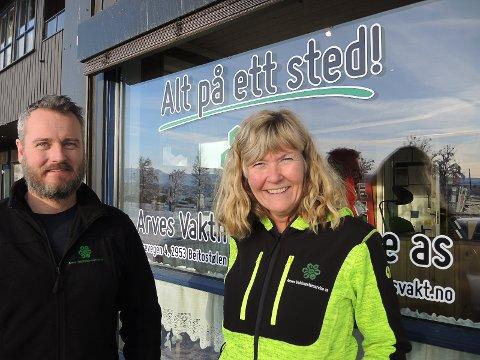 24/7: Marit Bryhn-Svensen Odd Rune Hedalen-Heggset foran lokalene til Arves Vaktmesterservice, bedriften som aldri sover.